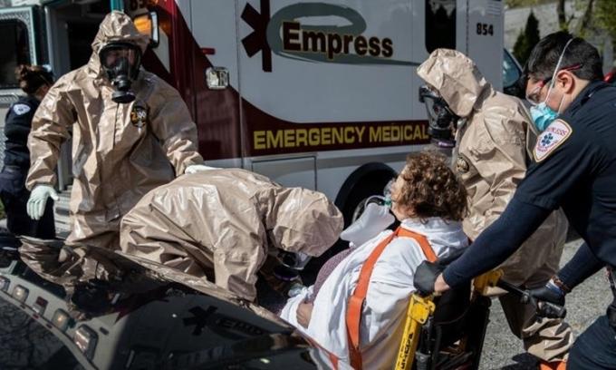 Nhân viên cấp cứu di chuyển bệnh nhân tạiYonkers, Mỹ ngày 14/4. Ảnh: AFP.