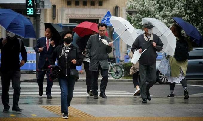 Người dân trên một con phố ở thủ đô Seoul, Hàn Quốc hôm nay. Ảnh: Reuters.