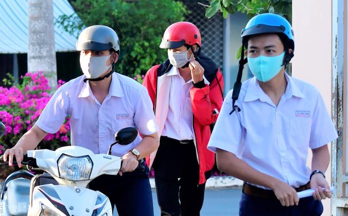 Học sinh lớp 12 trườngLương Thế Vinh (TP Cà Mau) đến trường sáng 20/4. Ảnh: Khánh Hưng.