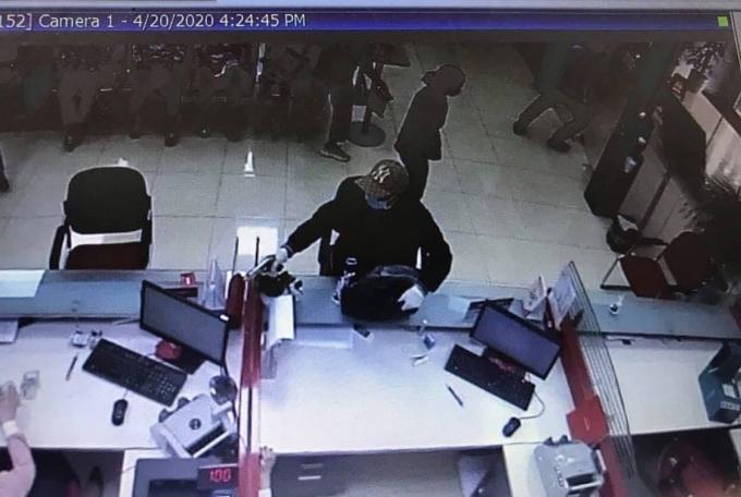 Cầm súng cướp ngân hàng