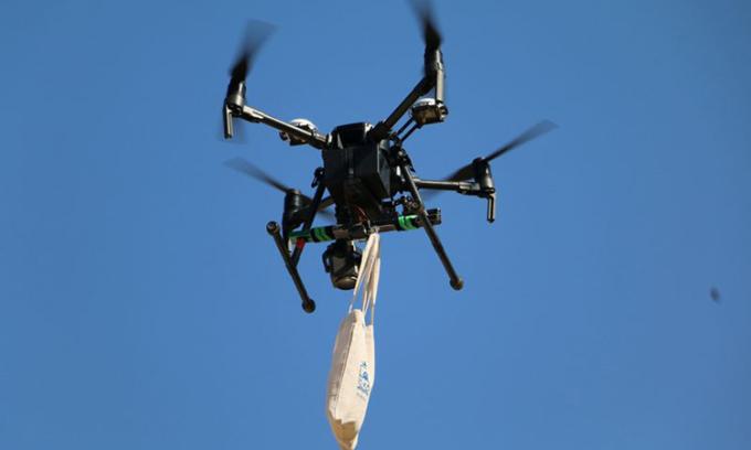 Nhận thuốc, khẩu trang qua UAV