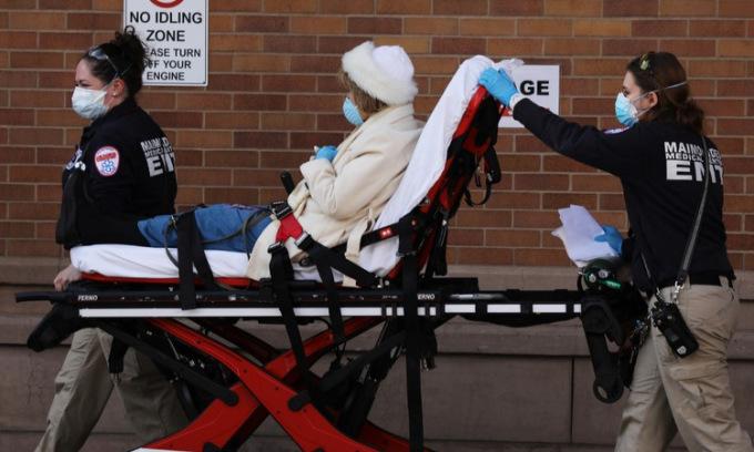 Người nhiễm nCoV nhập viện tại thành phố New York hôm 12/4. Ảnh: AFP.