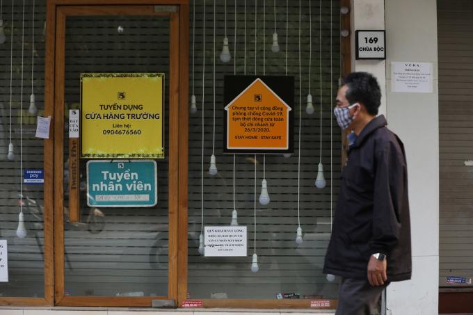 Cơ sở kinh doanh trên phố chùa Bộc (Hà Nội) đóng cửa trong thời gian cách ly xã hội, ngày 13/4. Ảnh: Ngọc Thành