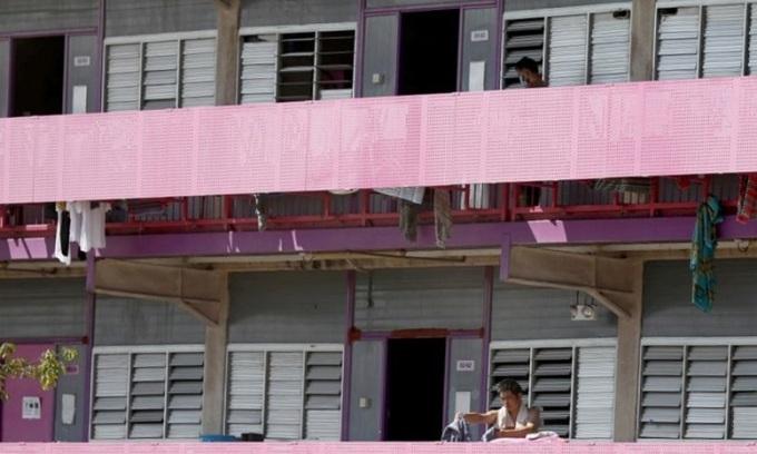Lao động nước ngoài trong ký túc xá ở Singapore hôm 21/4. Ảnh: Straits Times.