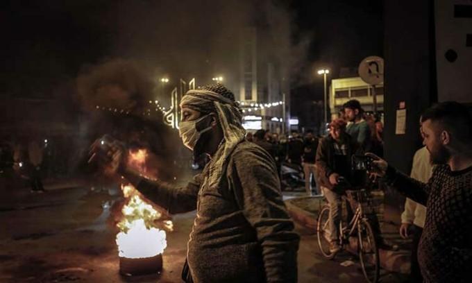 Người dân biểu tình hôm 17/4 tại thành phố Tripoli, Lebanon, bất chấp lệnh phong tỏa vì Covid-19. Ảnh: AFP.