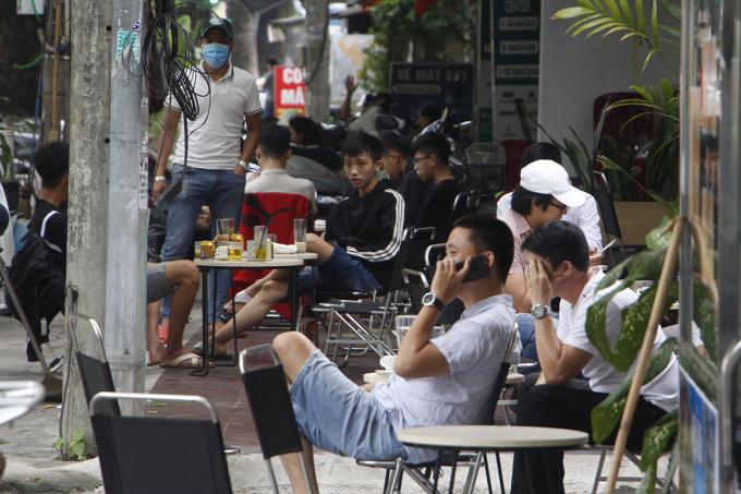 Nhiều người dân tập trung đi uống cà phê sáng 23/4. Ảnh: Võ Thạnh