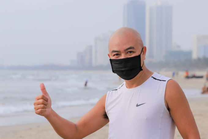 Ông Võ Văn Lâ vui mừng khi được đi dạo và tắm biển trở lại. Ảnh: Nguyễn Đông.