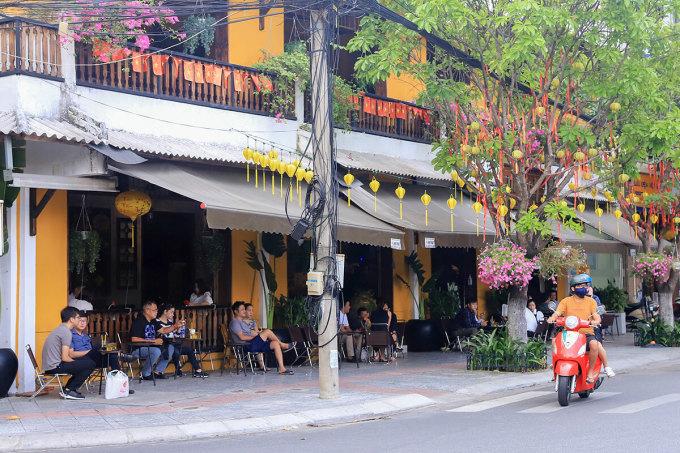 Nhiều quán cà phê đã đông khách trở lại. Ảnh: Nguyễn Đông.