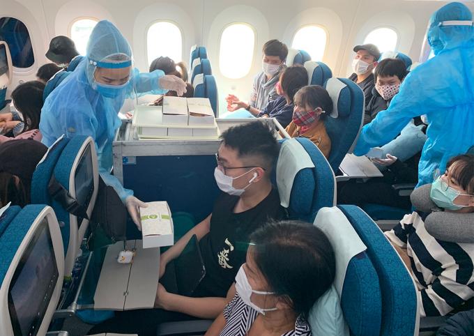 Chuyến bay đưa gần 300 người Việt từ Nhật Bản về nước ngày 22/4. Ảnh: VNA.