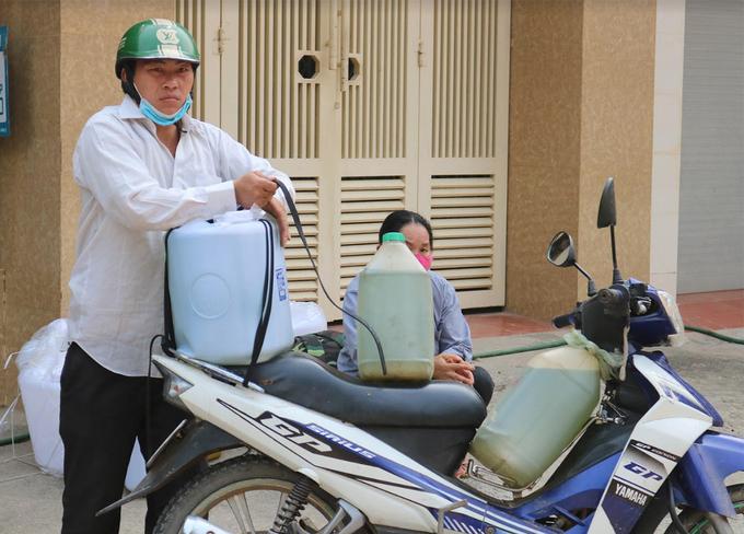 Một người mua xăng tại thị trấn Mường Xén sáng 31/3. Ảnh: Thiên Ngân.