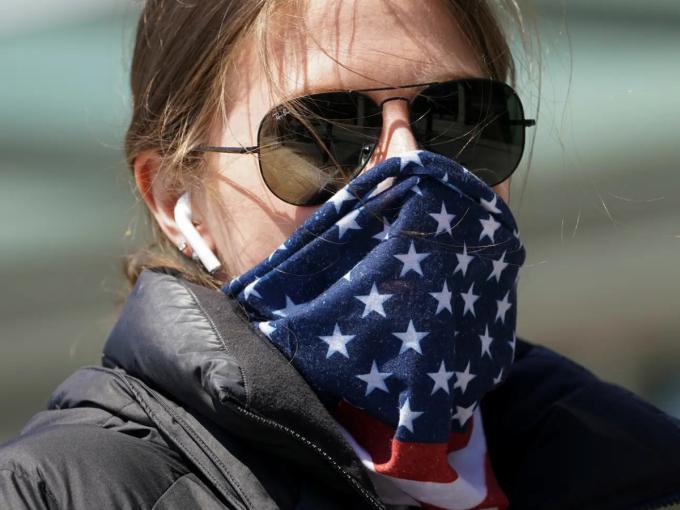 Một phụ nữ đeo khăn bandana làm khẩu trang chống Covid-19 tại Washington vào ngày 2/4. Ảnh: Reuters.