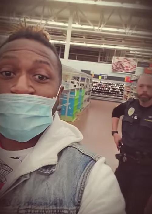 Ngày 13/3, hai người da đen phản ánh bị cảnh sát hộ tống khỏi siêu thị vì có hành vi đáng ngờ và đeo khẩu trang. Ảnh: Halo Dale.