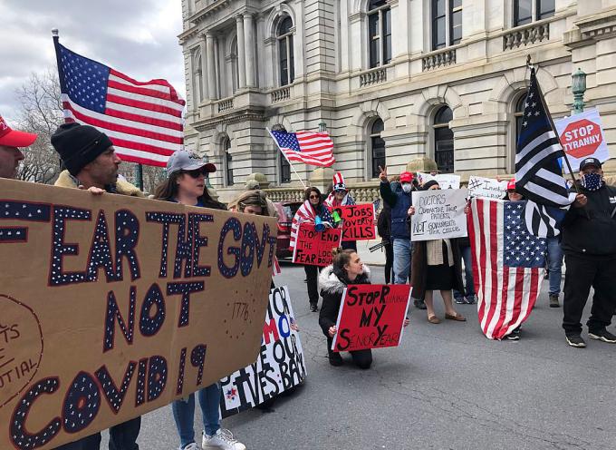 Người biểu tình đòi tái mở nền kinh tế, chấm dứt tình trạng thất nghiệp tại thành phố Albany, bang New York, hôm 22/4. Ảnh: AP