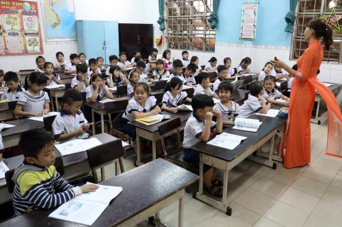 Một lớp học tại trường Tiểu học Lê Văn Thọ (quận 12), sĩ số trung bình mỗi lớp 60 em. Ảnh: Hữu Khoa.