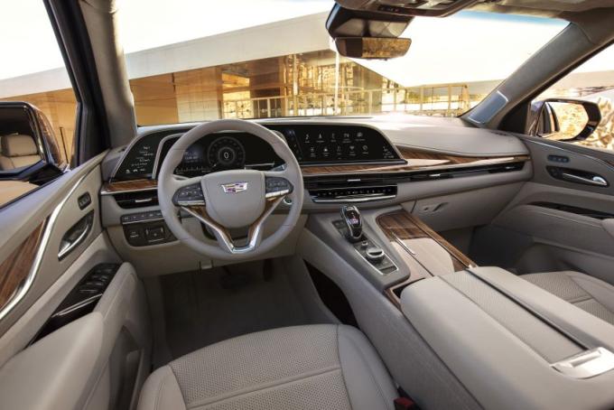 Nội thất trên bản Escalade tiêu chuẩn, với hệ thống màn hình OLED cong 38 inch. Ảnh: Cadillac