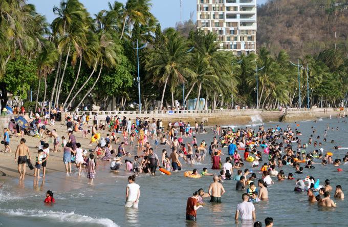 Người dân, du khách tắm biển Bãi Trước. Ảnh: Trường Hà.