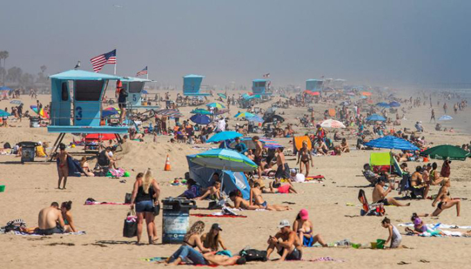 Hàng nghìn người tránh nóng ở bãi biển California