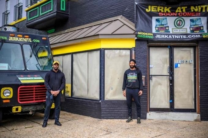 Kadeem Todd (trái) vàDenville Myrie (phải), đỗ xe bán đồ ăn trước nhà hàng họ định mở cửa ở trung tâm thủ đô Washington. Ảnh: AFP.