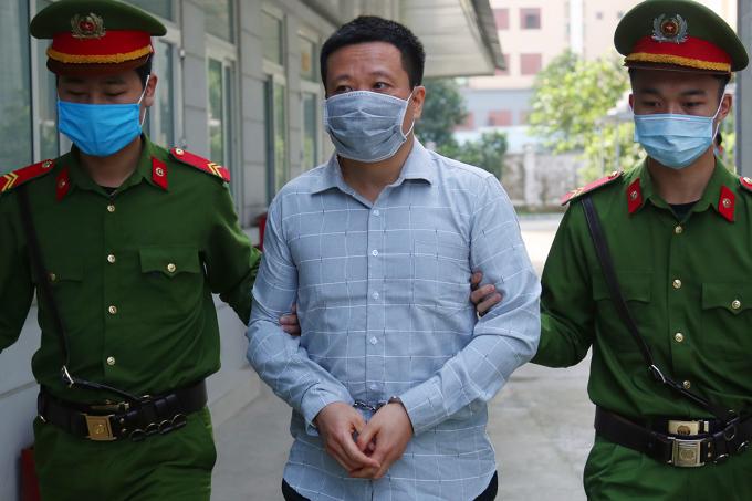 Hà Văn Thắm bị áp giải đến TAND Hà Nội trong sáng 27/4. Ảnh: Phạm Dự