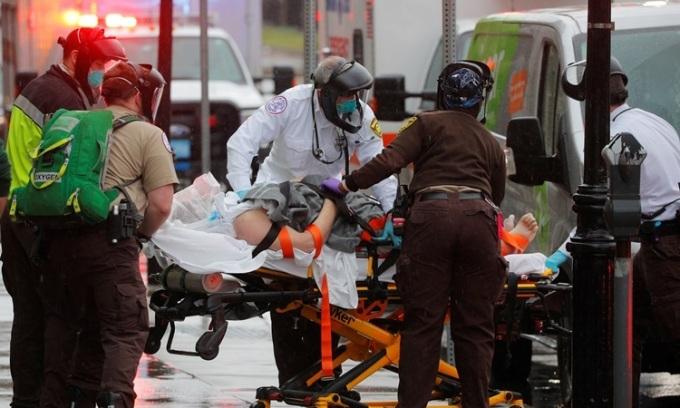 Nhân viên y tế đưa bệnh nhân Covid-19 lên xe cứu thương tại thành phố Boston, bang Massachusetts, Mỹ hôm 27/4. Ảnh: Reuters.