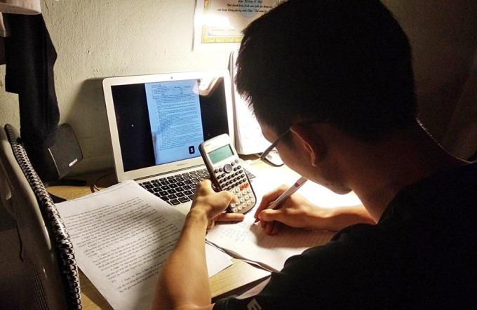 Muôn kiểu học online của sinh viên