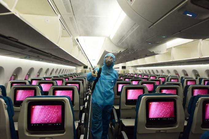 Khử trùng trên máy bay Vietnam Airlines. Ảnh: Giang Huy