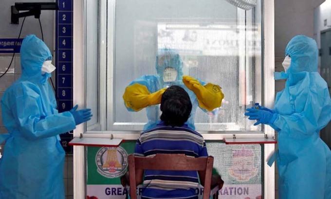 Nhân viên y tế lấy mẫu xét nghiệm nCoV của người dân tại một trạm xét nghiệm lưu động ở Chennai, Ấn Độ hôm 13/4. Ảnh: Reuters.