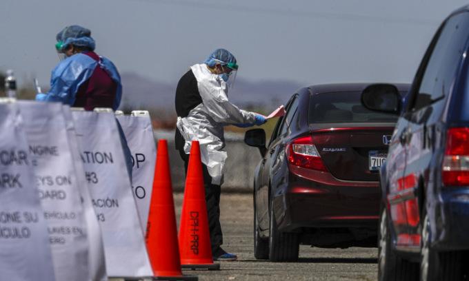 Một trạm xét nghiệm lưu động tại thành phố Los Angeles, Mỹ, hôm 28/4. Ảnh: LA Times.