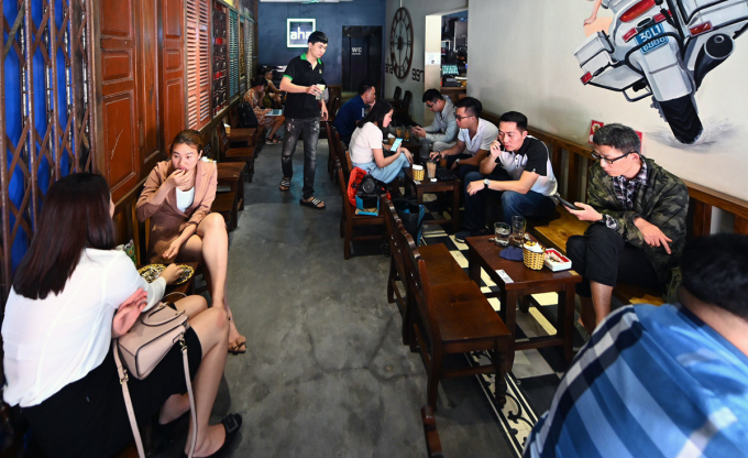 Quán cafe trên phố Phạm Ngọc Thạch, quận Đống Đa chiều 28/4. Ảnh: Giang Huy.