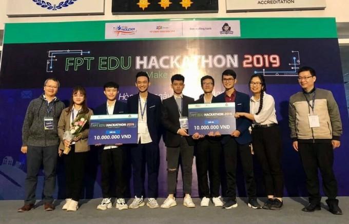 Nguyễn Đình Anh (thứ tư từ phải sang) cùng team nhận giải thưởng trong cuộc thi lập trình cho sinh viên FPT.