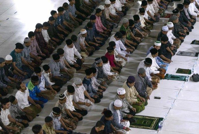 Người Indonesia chen vai cầu nguyện giữa Covid-19