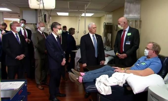 Phó tổng thống Mỹ không đeo khẩu trang khi thăm bệnh viện