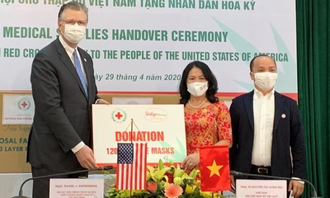 Tổ chức Việt Nam tặng Mỹ 420.000 khẩu trang