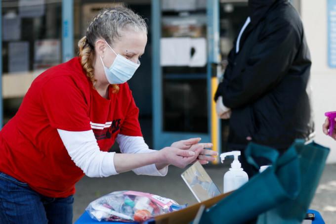 Một nữ tù nhân rửa tay sau khi được thả khỏi nhà tù Elmwood ở Milpitas, California hôm 23/4. Ảnh: Bay Area News