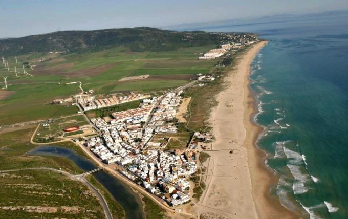 Phun khử trùng bãi biển để tránh Covid-19
