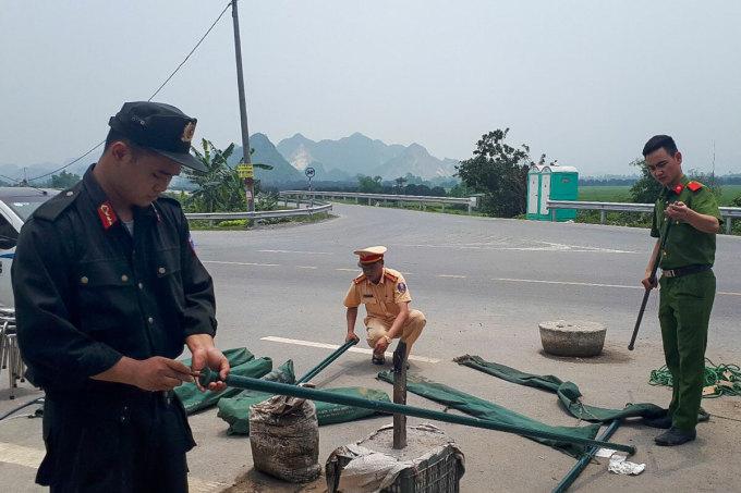 Trưa 29/4, lực lượng liên ngành dỡ lều bạt tại chốt số 3 trên quốc lộ 21B. Ảnh:Tất Định