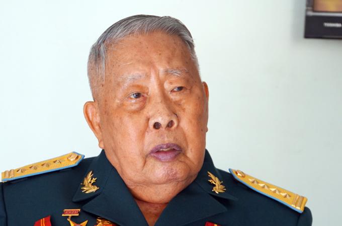 Ông Phan Tương kể chuyện tại nhà riêng ở quận Tân Bình (TP HCM). Ảnh: Mạnh Tùng.