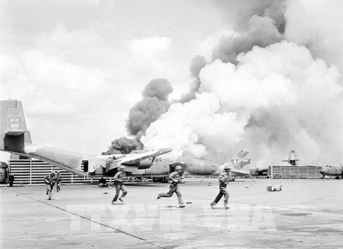 Quân đội Việt Nam đánh vào sân bay Tân Sơn Nhất ngày 28/4/1975. Ảnh: Đinh Quang Thành - TTXVN.