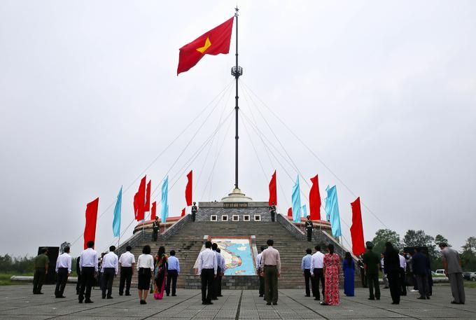Các đại biểu dự lễ Thượng cờ thống nhất non sông. Ảnh: Hồ Cầu