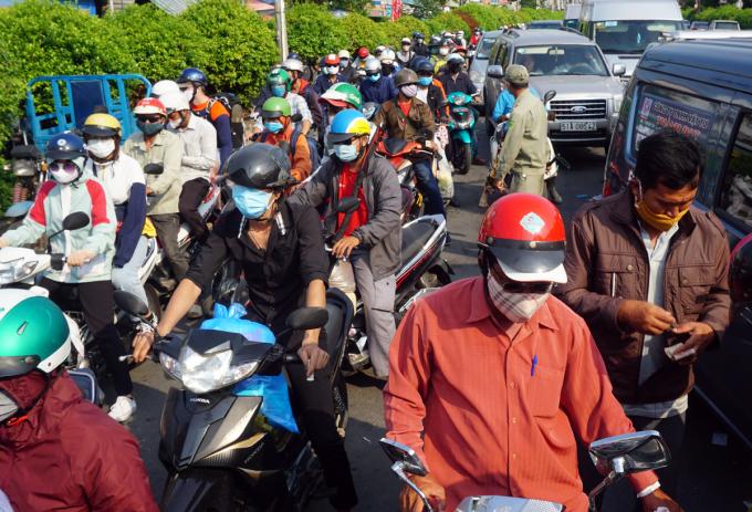 Xe máy xếp hàng dài cả trăm mét trên đường Nguyễn Thị Định phía quận 2 chờ qua phà Cát Lái. Ảnh: Hữu Nguyên