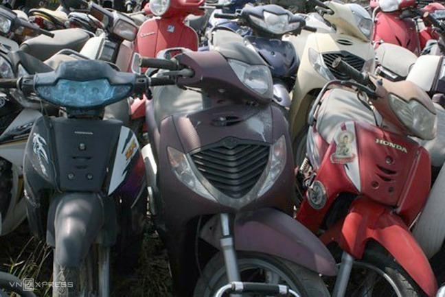 Nhiều xe máy vô thừa nhận để ở các bãi xe ở Hà Nội. Ảnh: Bá Đô