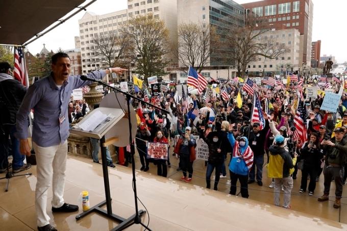Người biểu tình tập trung ở bậc thềm tòa nghị viện Michigan ngày 30/4. Ảnh: AFP.