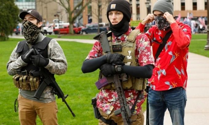 Người biểu tình tại tòa nghị viện ở Michigan ngày 30/4. Ảnh: AFP.
