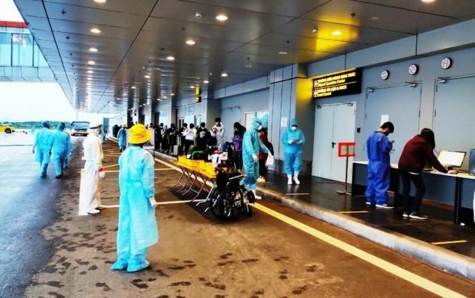 276 người Việt xuống sân bay Vân Đồn chiều ngày 1/5. Ảnh: Bình Minh