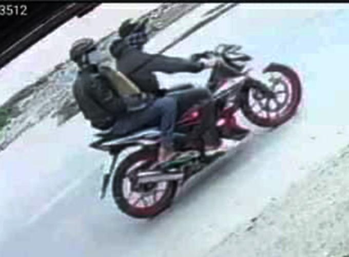 Hai tên cướp bỏ chạy bị camera ghi hình.