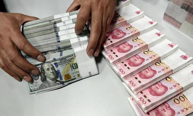 Nhân viên kiểm mặt tại một chi nhánh của Ngân hàng Trung Quốc ở tỉnh Sơn Tây tháng 1/2016. Ảnh:Reuters.