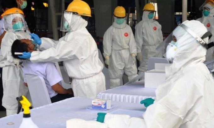 Nhân viên y tế Indonesia lấy mẫu xét nghiệm ở Bogor, tỉnh Tây Java, hôm 27/4. Ảnh: Reuters.