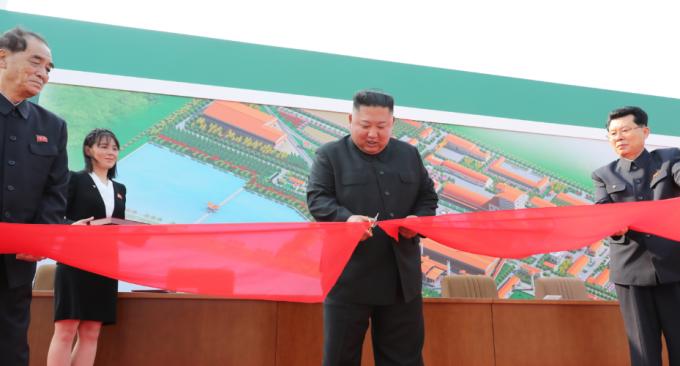 Kim Jong-un (giữa) cắt băng khánh thánh nhà máy phân bón Sunchon hôm 1/5. Ảnh: KCNA.