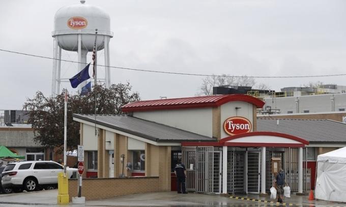 Nữ công nhân (phải) nhà máy thịt Tyson rời nơi làm việc ở thành phốLogansport, hạt Cass, bang Indiana hôm 23/4. Ảnh: AP.