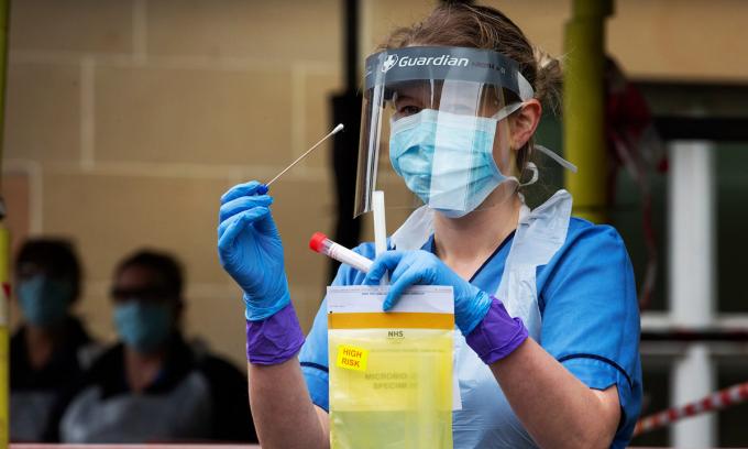 Một y tá cầm kit xét nghiệm nCoV tại bệnh viện Edinburgh, Anh. Ảnh: Guardian